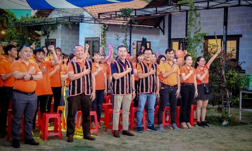 Sau phần phát biểu của Giám đốc chi nhánh Đào Thanh Vũ, tất cả CBNV chi nhánh đã có phần làm lễ cảm ơn khách hàng, thổi nến chúc mừng sinh nhật 10 năm và phần chia sẻ định hướng của Ban lãnh đạo FPT Telecom.