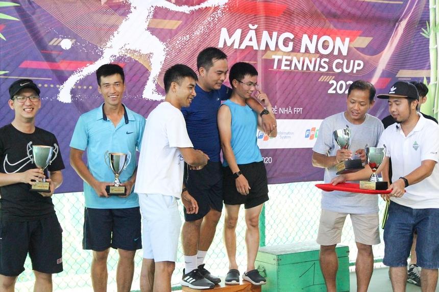 Lễ bế mạc cũng được tổ chức ngay sau trận chung kết, anh Nguyễn Minh Đức, Giám đốc Synnex FPT tại miền Trung vàanh Hà Minh Tuấn, Phó Giám đốc đơn vị phần mềm chiến lược FPT Software Đà Nẵng trao cup, giải thưởng cho các đội.