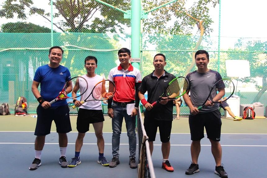 Sau loạt trận căng thẳng, giải tennis Măng non Cup 2020 dành cho các tay vợt trẻ nhà F miền Trung đã chọn ra 2 cặp đôi Phan Thành Ái - Phan Văn Hân (bên trái) đối đầu với Trần Minh Sơn - Lê Nguyễn Công Triêm trong trận chung kết của giải.