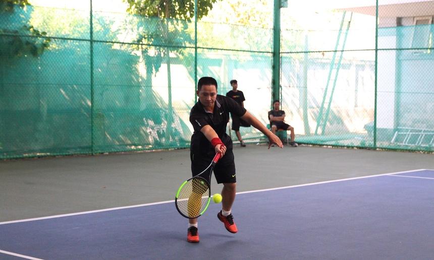 Trong khi đó, dù chỉ mới tập luyện bộ môn tennis trong một thời gian ngắn. Cặp đôi Minh Sơn - Công Triêm lại cho thấy sự nhạy bén với tennis, cả hai có những pha chọn điểm rơi, đánh bóng rất uy lực. Cặp đôi cũng chính là đội giành chiến thắng ở set đầu tiên của trận chung kết.
