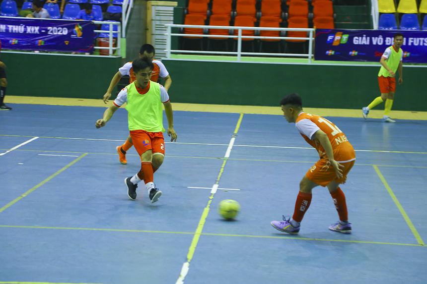 Các cầu thủ Synnex FPT thi đấu nỗ lực nhằm tìm kiếm bàn gỡ và họ đã thành công ở phút 12 khi số 4 Nguyễn Đình Huy lập công, đưa trận đấu về vạch xuất phát.