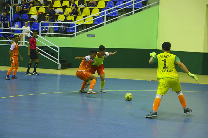 Hai đội chơi đôi công những phút cuối với hy vọng tìm kiếm trận thắng đầu tiên. Trận đấu trở nên hấp dẫn hơn.