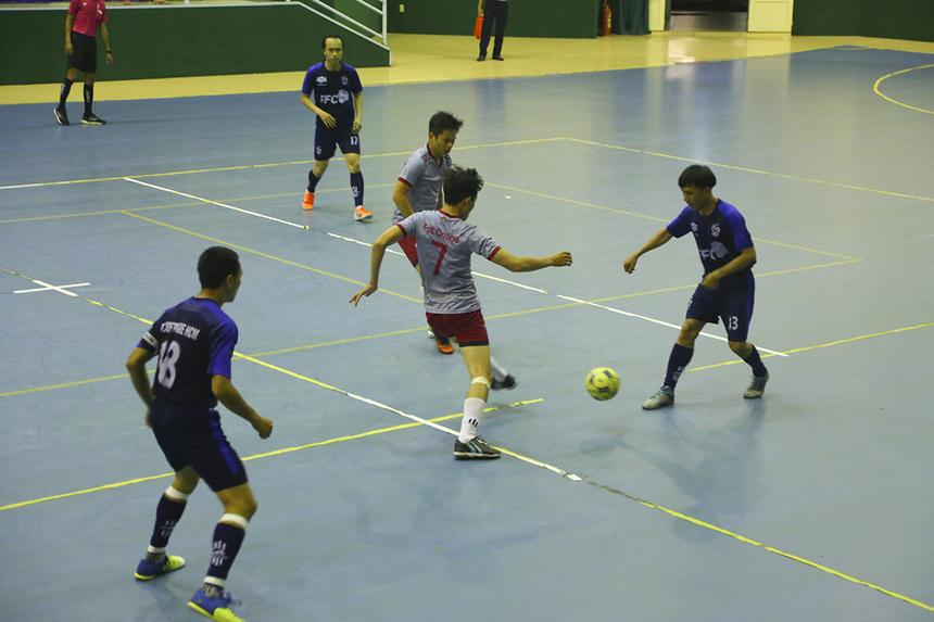 FPT Online vất vả trong khâu tranh chấp bóng với đối thủ. Phút 20, số 27 Nguyễn Quốc Khánh khép lại hiệp một bằng bàn thắng nâng tỷ số lên 5-1 cho đội bóng nhà Phần mềm.