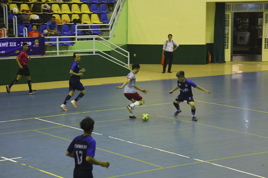 Những phút đầu hiệp hai, FPT Online chơi không còn gì để mất để tìm kiếm bàn thắng thứ hai nhưng các cầu thủ của họ phối hợp khá rời rạc và tỏ ra đơn độc.