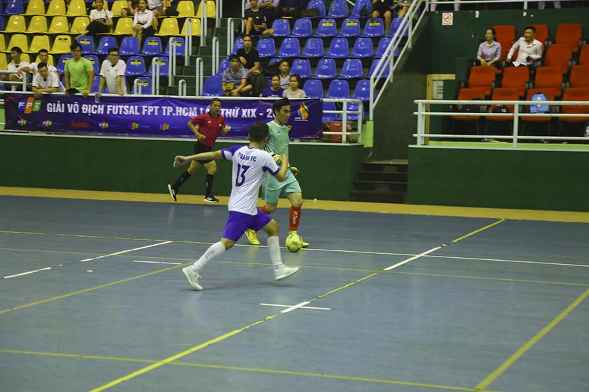 Thủ môn Huỳnh Thanh Phúc tự tin dẫn bóng lên hơn 1/3 sân để phối hợp cùng đồng đội khi đội nhà đã dẫn trước với cách biệt 3 bàn.