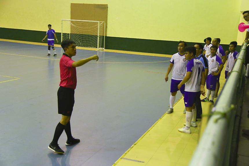 HLV và các cầu thủ TP Bank phản đối gay gắt khi cho rằng cầu thủ của FPT Telecom đã phạm lỗi vào bóng bằng gầm giày ở tình huống cướp bóng. Trọng tài Huỳnh Nguyên Thành đã phải truất quyền chỉ đạo của HLV đội bóng ngân hàng.