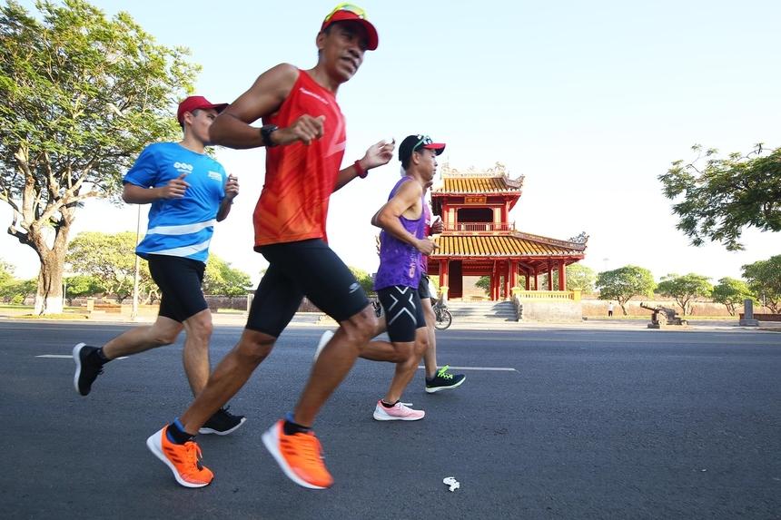 Một số runner từ Hà Nội và Huế đã được mời chạy thử cung đường giải VnExpress Marathon Huế 2020. Các runner xuất phát từ đường Lê Duẩn, trước mặt di tích Phu Văn Lâu, Nghênh Lương Đình. Đây cũng sẽ là điểm xuất phát cả bốn cự ly 5, 10, 21 và 42 km vào ngày 6/9 tới.