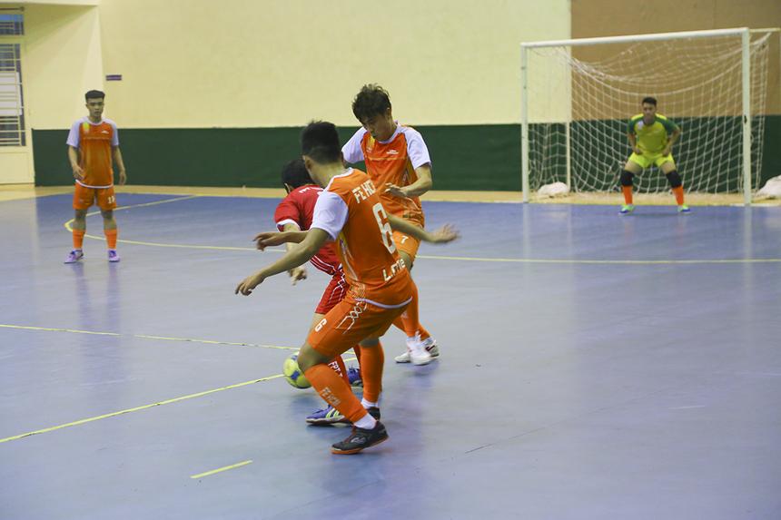 """Tình cảnh của đội bóng áo đỏ càng bi đát hơn khi đến phút 39, số 6 Lê Quang Tiến - """"cựu binh"""" của FPT Telecom đã ghi bàn vào lưới đội bóng cũ, nâng tỷ số lên 3-0."""