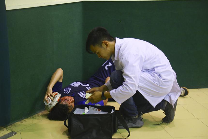 FPT Software sớm gặp tổn thất lực lượng khi cầu thủ số 21 Đỗ Văn Tâm buộc phải rời sân do đổ máu sau tình huống lao vào đánh đầu. BTC đã sơ cứu và đưa cầu thủ đến bệnh viện ngay sau đó.