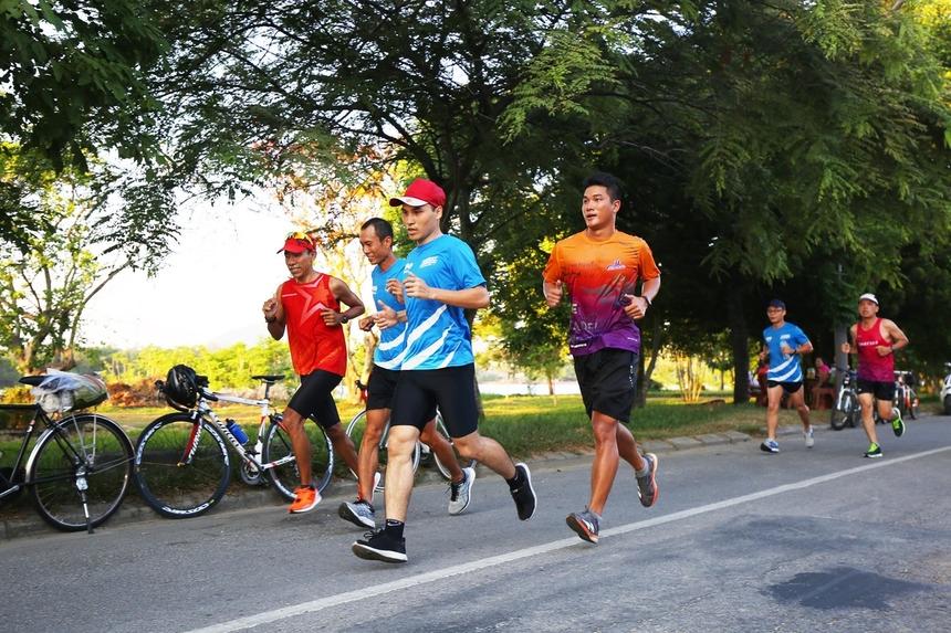 Xuất phát từ 4h30 sáng, các runner chạy qua cung đường với nhiều di tích, công trình nổi tiếng của xứ Huế như cầu Trường Tiền, trường THPT Quốc Học, chùa Thiên Mụ, dọc bờ sông Hương có nhiều cây xanh...