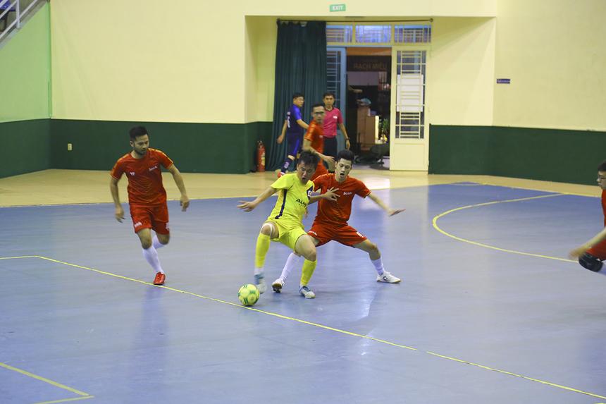 Synnex FPT không thể chơi rình rập như trước mà buộc phải đẩy cao đội hình tìm kiếm bàn gỡ. Tuy nhiên phải đến hiệp hai, đội bóng nhà Phân phối mới có được bàn san hòa 1-1 của số 15 Nguyễn Thanh Nhàn.