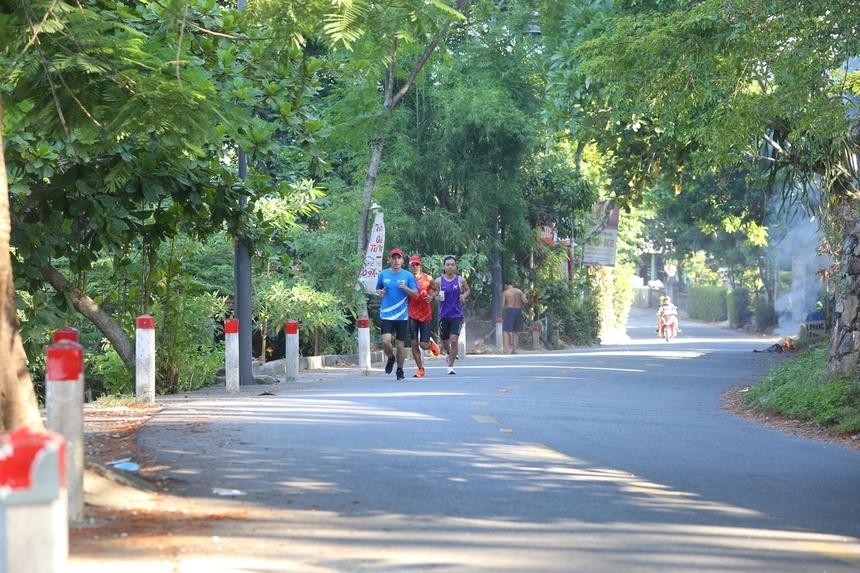 Giải chạy VnExpress Marathon Huế 2020 sẽ cho các runner thấy một xứ Huế xanh, sạch với những cung đường rợp bóng cây xanh đầy sắc hoa nhưng cũng không kém phần hiện đại. Diễn ra vào tháng 9 khi thời tiết ở Huế mát mẻ hơn, các runner hứa hẹn sẽ đạt thành tích tốt.