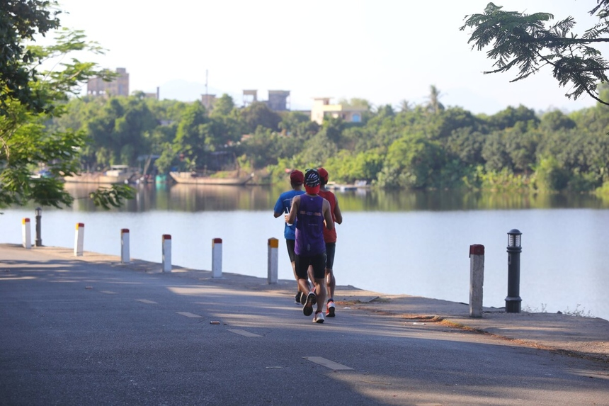 Ngoài việc sải bước trên các cung đường đầy cây xanh, runner cũng có dịp ngắm bình minh trên dòng sông Hương thơ mộng. Giải lần đầu đến với Huế - thành phố cổ kính, nên thơ - dự kiến thu hút hơn 5.000 VĐV từ trong và ngoài nước.