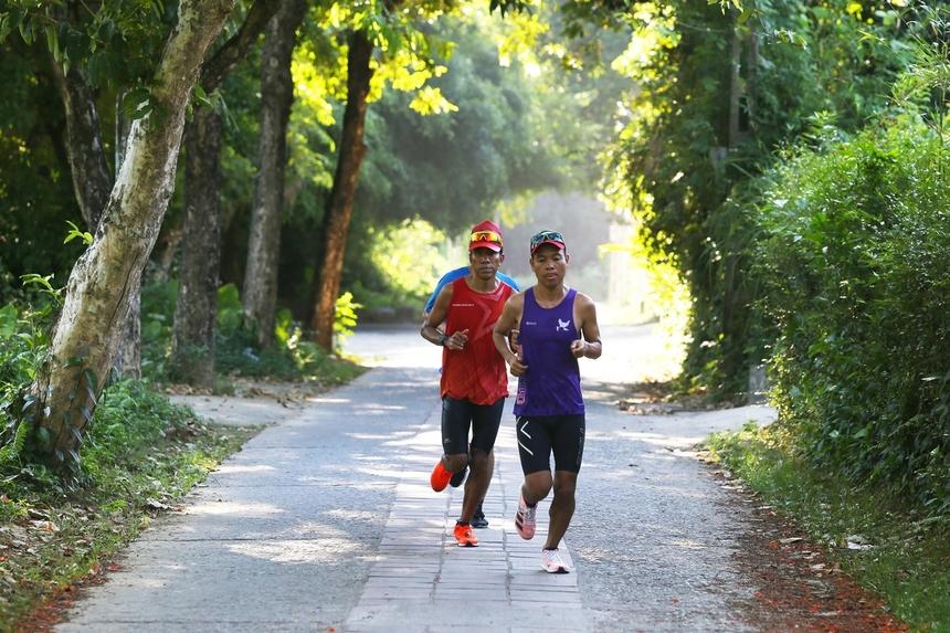 Cung đường các runner chạy qua qua nhà vườn Phú Mộng - Kim Long rợp mát bóng cây.