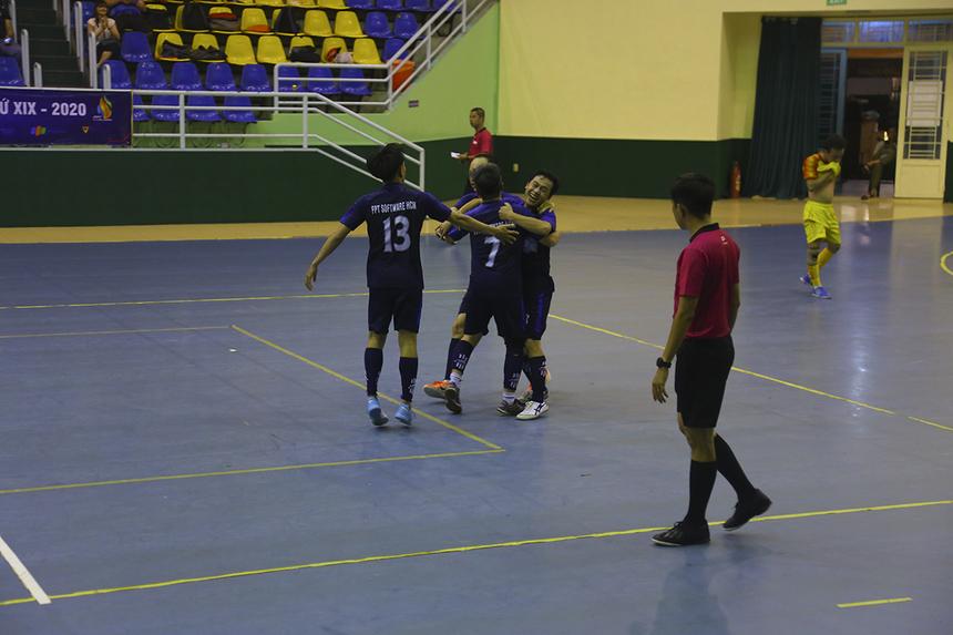 Tấn công nhiều nhưng không ghi được bàn thắng, FPT IS đã phải trả giá ở phút 35. Cầu thủ dự bị Lê Văn Tấn đã ghi bàn gỡ hòa 1-1 cho FPT Software. Các cầu thủ Phần mềm vui mừng như thể vừa giành chức vô địch.