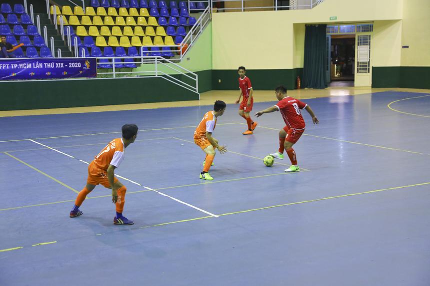 FPT Telecom thi đấu chậm chạp, rời rạc, tấn công bế tắc khi các cầu thủ dự bị của họ thiếu gắn kết với nhau. Dù kiểm soát bóng nhiều nhưng các cầu thủ áo đỏ chỉ loanh quanh ở khu vực giữa sân.