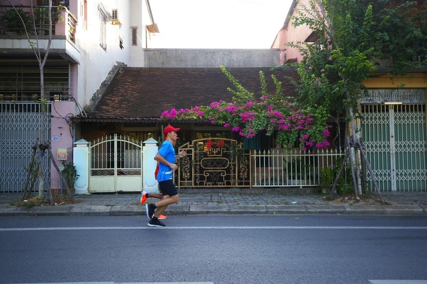 Những ngôi nhà rường cổ trên cung đường cũng là nét khác biệt của giải chạy VnExpress Marathon Huế 2020.