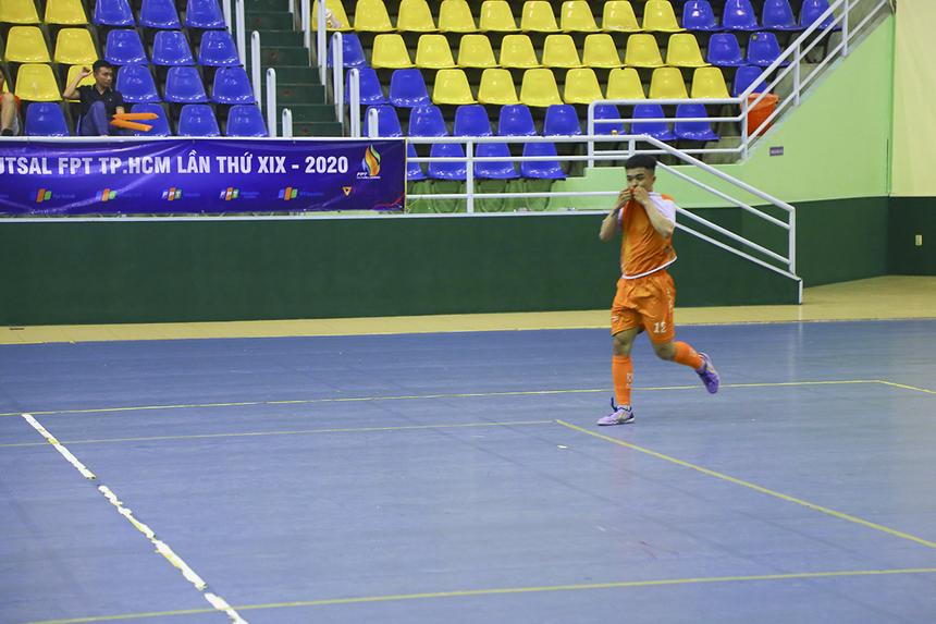 Bất ngờ nối tiếp bất ngờ, từ đường chuyền dài tưởng chừng vô hại của đồng đội, số 12 Nguyễn Văn Sơn có bàn nhân đôi cách biệt với pha đánh đầu tầm thấp chính xác, khiến thủ môn FPT Telecom bất lực nhìn bóng bay vào lưới.