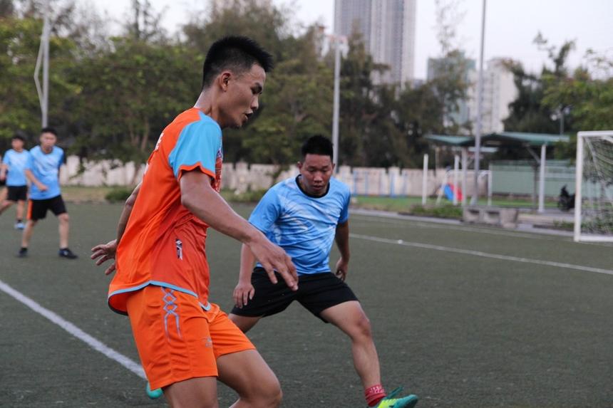 Sở hữu chiều cao lí tưởng, phút thứ 8, Đinh Duy Toàn nhận đường tạt bóng của đồng đội, bật cao đánh đầu tung lưới HTV, mở tỉ số trận đấu.