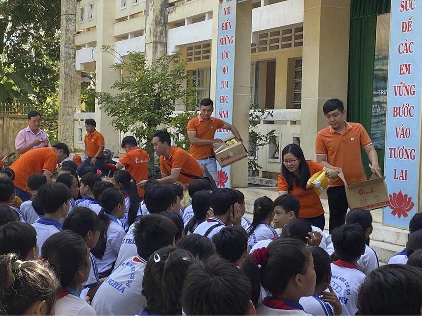 Đoàn thiện nguyện còn tổ chức vui chơi và phát tặng bánh kẹo cho các em học sinh của trường Tiểu học và THCS Kế Thành.