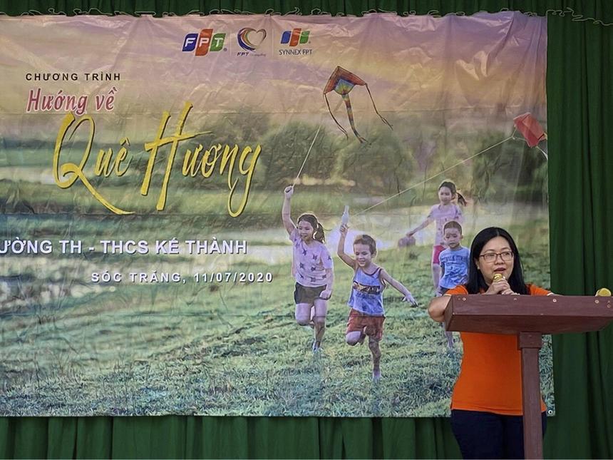 """""""Synnex FPT đến trường Tiểu học và THCS Kế Thành để trao tặng phần quà 35 triệu đồng gồm sân trường bê tông và 10 góc học tập. Hy vọng với món quà nhỏ bé này, các em sẽ có sân chơi sạch sẽ, an toàn"""", chị Nguyễn Đặng Bình An - Chủ tịch Công đoàn tại Synnex FPT Mekong phát biểu tại buổi lễ trao tặng."""