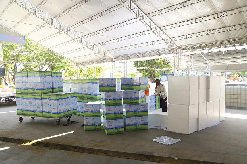 Hơn 100 thùng xốp được dán nhãn chuẩn bị đưa đến các điểm tiếp nước cho runner, trong quá trình tham gia giải.
