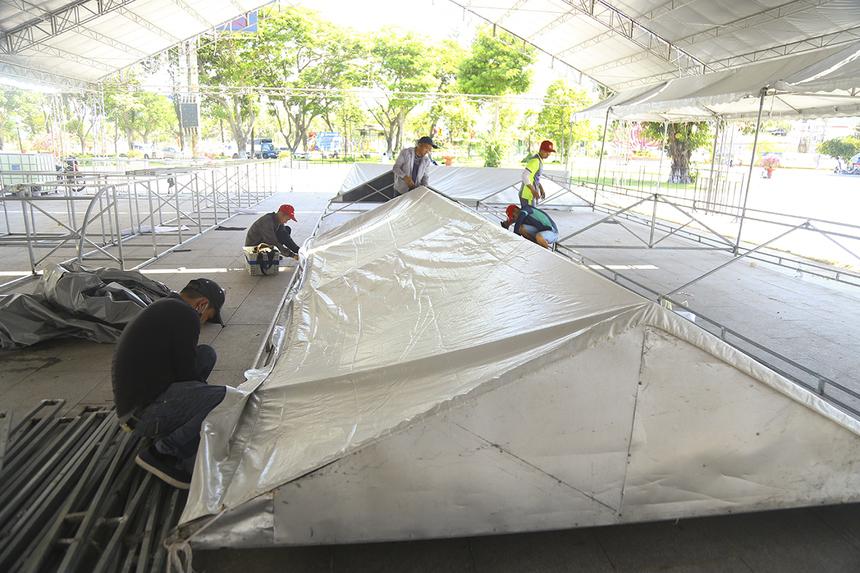 Hiện tại, thời tiết ở Quy Nhơn khá nắng nóng với nhiệt độ ngoài trời từ 32-34 độ C. Vì vậy, BTC đã chuẩn bị nhiều lều bạt phía trước khu vực xuất phát.