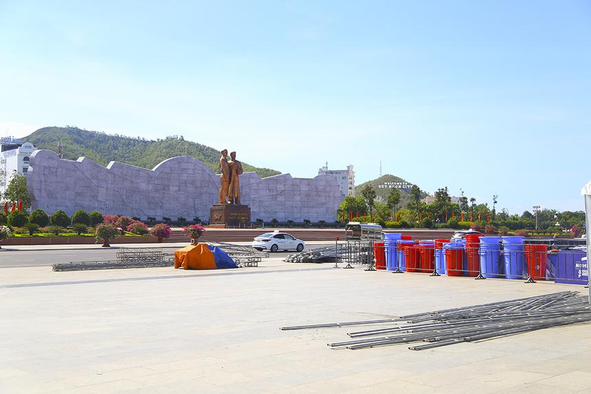 Quảng trường Nguyễn Tất Thành sẽ là điểm xuất phát của giải chạy năm nay. Hiện tại, sân khấu, các gian hàng và vật dụng hỗ trợ đã được tập kết đầy đủ.
