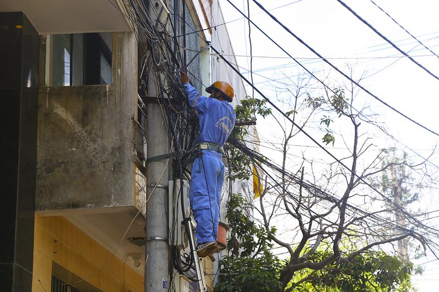 Kỹ thuật viên Phương Nam (PNC) kéo đường dây riêng để lắp đặt modem wifi phục vụ công tác tổ chức và các camera giám sát. Tất cả gồm 7 đường dây, trong đó 3 đường dây phục vụ khu vực quảng trường Nguyễn Tất Thành (nơi xuất phát/về đích).