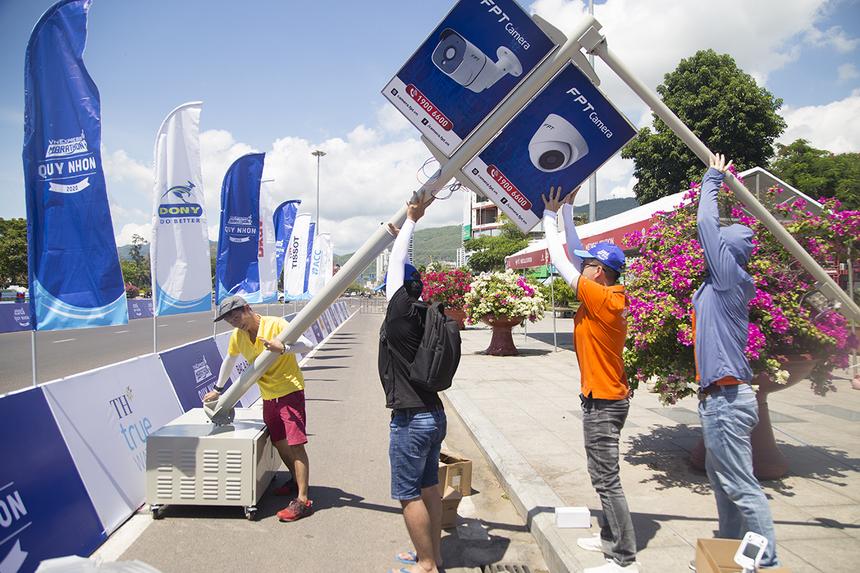 Mặc cho thời tiết nắng nóng 35 độ C ở Quy Nhơn vào lúc giữa trưa, các thành viên trong nhóm vẫn miệt mài hoàn thành việc lắp đặt, để kịp chạy thử.