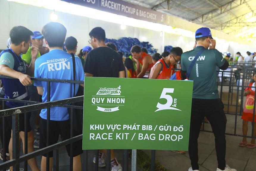 Khu vực phát bib và race kit được BTC chia thành nhiều cụm theo các cự ly 5km, 10km, 21km và 42km để runner dễ dàng tiếp cận, tránh tình trạng chen lấn.