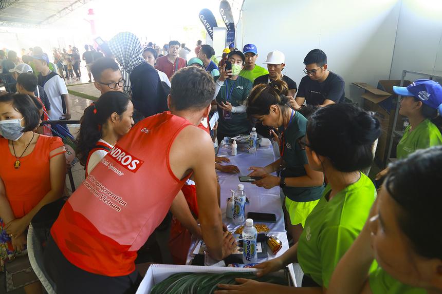 Từ trung tâm nhân đạo Quê Hương ở TP HCM, 10 chiến binh nhí rong ruổi cùng thầy Chris trên chiếc xe Tuk Tuk trong gần một tuần để đến Quy Nhơn tham dự VnExpress Marathon 2020. Chiều 24/7, các bé đã có mặt tại khu phát Bib trên quảng trường Nguyễn Tất Thành, Quy Nhơn.
