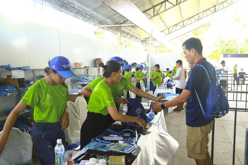 Hơn 700 tình nguyện viên là các sinh viên các trường đại học, cao đẳng tại Quy Nhơn và nhiều cá nhân yêu thể thao của địa phương đã có mặt tại trường Đại học Quy Nhơn tham gia buổi tập huấn kỹ năng tình nguyện tiếp sức cho các runner giải VnExpress Marathon Quy Nhơn. Các tình nguyện viên đều tuyển chọn kỹ lưỡng từ ban tổ chức.