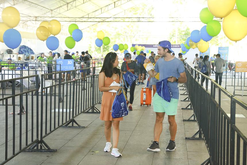 Anh Aaron Foster (người Anh) cùng bạn gái Minh Hiền tham gia cự ly 10 km của VnExpress Marathon, trong lần thứ hai anh đến với Quy Nhơn.