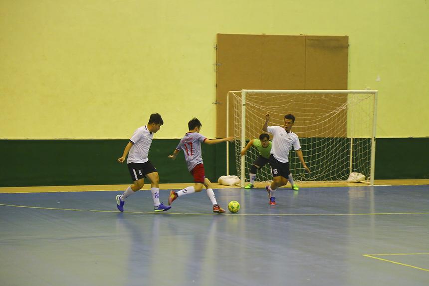 Hiệp hai trở nên hấp dẫn hơn khi số 9 Trần Phú Hoàng mở tỷ số cho Chứng khoán FPT, buộc các cầu thủ FPT Online phải đẩy cao đội hình tìm bàn gỡ.