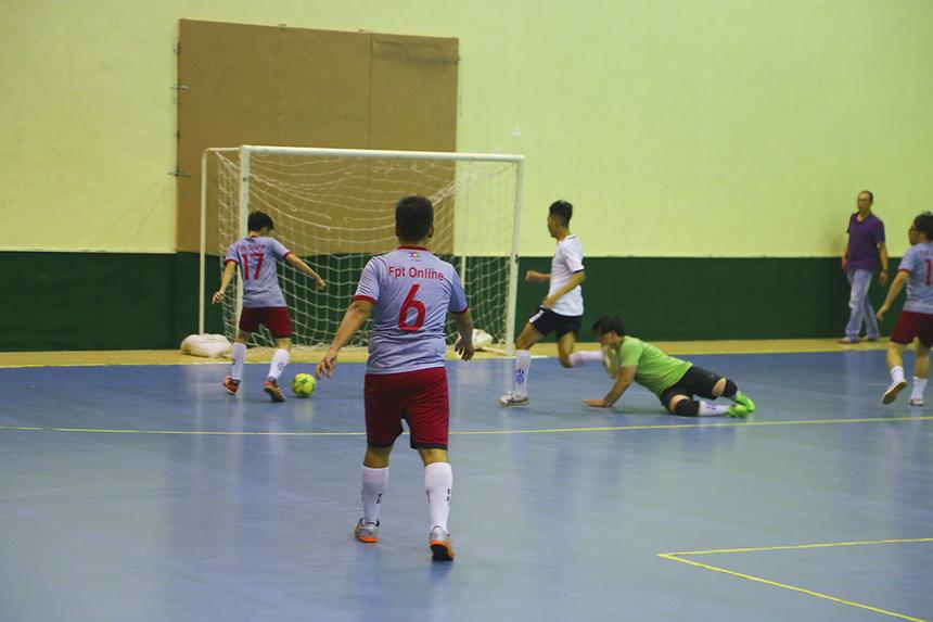 Phút 29, cầu thủ số 17 Văn Thành Đạt vượt qua cả thủ môn và cầu thủ đối phương để đệm bóng vào lưới trống, san bằng tỷ số 1-1 cho FPT Online.