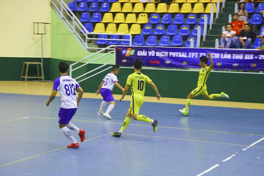 Synnex FPT buộc phải dâng cao tấn công. Những pha lên bóng đáng chú ý của họ phụ thuộc khá nhiều vào cầu thủ số 4 Nguyễn Đình Huy.