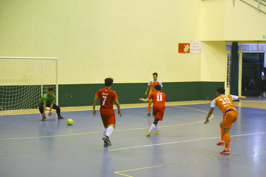 Ở trận đấu còn lại của bảng B, FPT Education (cam) đối đầu với Sen Đỏ (đỏ) trong trận cầu thủ tục. Tuy nhiên, đội bóng nhà Giáo dục đang rất hưng phấn sau trận thắng trước FPT Telecom. Ngay phút thứ 8, số 10 Nguyễn Lê Vỹ đã mở tỷ số cho các cầu thủ áo cam.