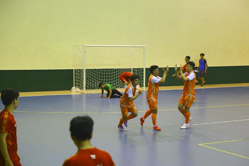 Phút thứ 18, tỷ số đã là 3-0 cho FPT Education khi số 10 Nguyễn Lê Vỹ có bàn thắng thứ hai trong trận đấu.