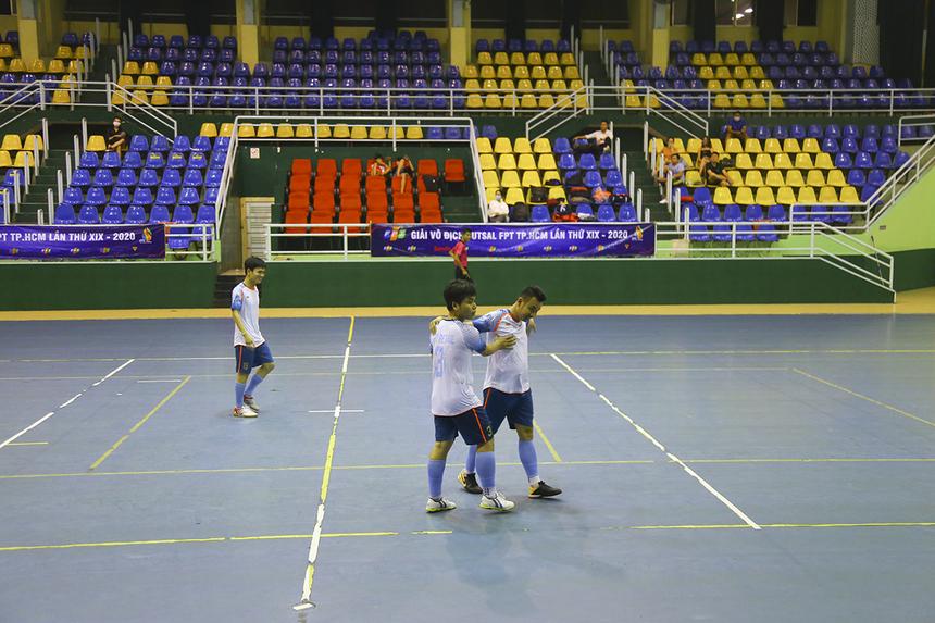 Đội bóng Bán lẻ bất ngờ có bàn thắng danh dự ở phút 35, do công của số 29 Ngô Đại Hồng Phúc.