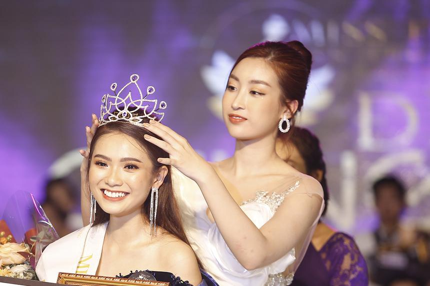 Giám khảo Đỗ Mỹ Linh trực tiếp đội vương miện cho tân Hoa khôi Trần Thuỳ Vy Phương Trinh - nữ sinh ngành Truyền thông đa phương tiện năm 2018.