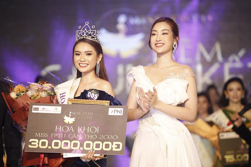 Hoa hậu Đỗ Mỹ Linh cũng nhắn nhủ với tân Hoa khôi ĐH FPT Cần Thơ rằng hãy luôn giữ hình ảnh đẹp và lan toả những thông điệp nhân ái đến với cộng đồng.