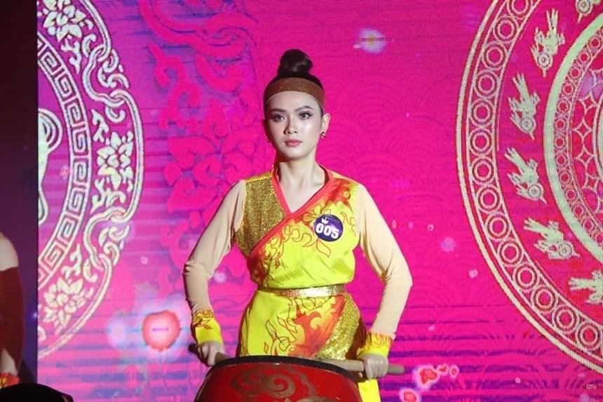"""Trong phần thi Tài năng, Phương Trinh mang đến tiết mục múa """"Hoa trong đá"""", khắc hoạ hình ảnh người phụ nữ Việt Nam công-dung-ngôn-hạnh, luôn mạnh mẽ như đoá hoa vươn mình từ sỏi đá. Kết hợp trống, múa và võ, Phương Trinh gây ấn tượng với khán giả bởi phần trình diễn đầy màu sắc. Nhờ sự nghiêm túc và đầu tư chuyên nghiệp, cô nàng đã nhận được giải thưởng Miss Tài năng trong đêm Chung kết."""