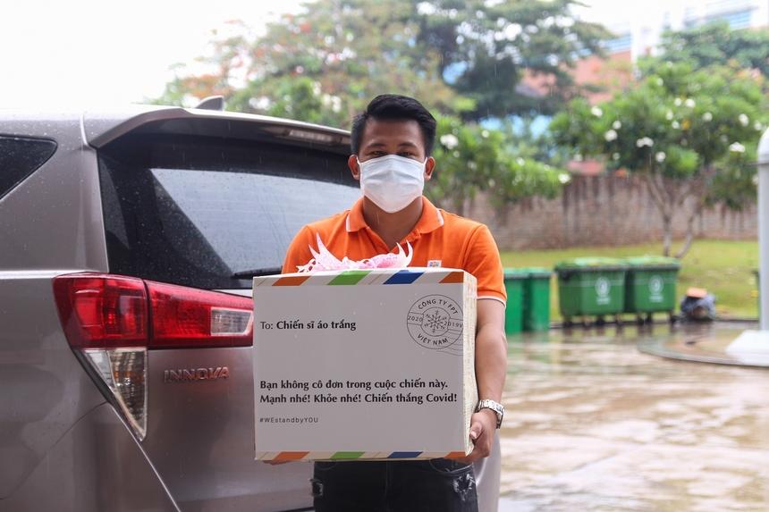 Ngày 31/7, trước tình hình căng thẳng của dịch Covid-19 tại TP Đà Nẵng, FPT đã khẩn trương vận chuyển chuyến hàng có tổng trị giá 1,5 tỷ đồng bàn giao thông qua Sở Y tế, tiếp ứng cho đội ngũ y, bác sĩ tuyến đầu tại các bệnh viện.