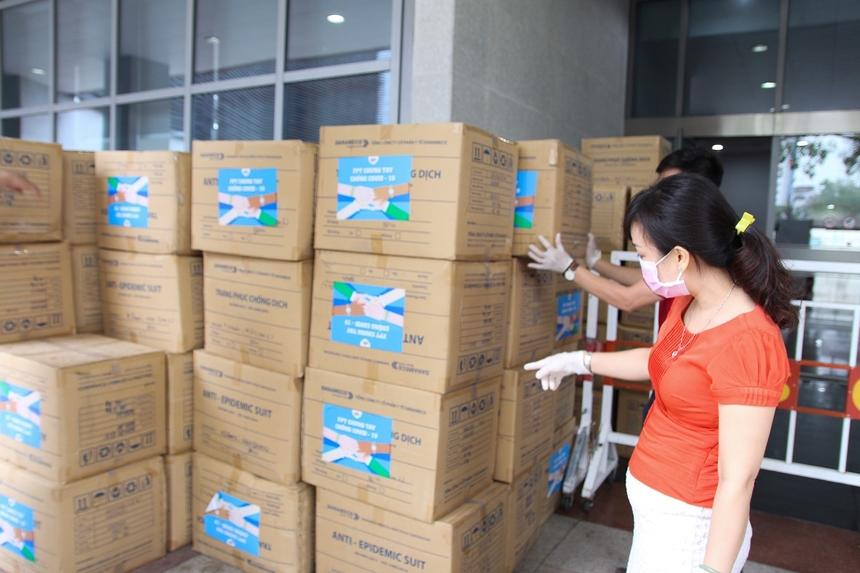 Theo gói hỗ trợ 20 tỷ đồng phòng chống Covid-19 của Tập đoàn, FPT đã trao tặng trang thiết bị y tế và những phần quà bằng tiền mặt cho các y bác sĩ và lực lượng quân đội tại các điểm nóng Covid-19 ở nhiều tỉnh thành như Hà Nội, TP HCM, Quảng Ninh, Hải Phòng, Hải Dương.