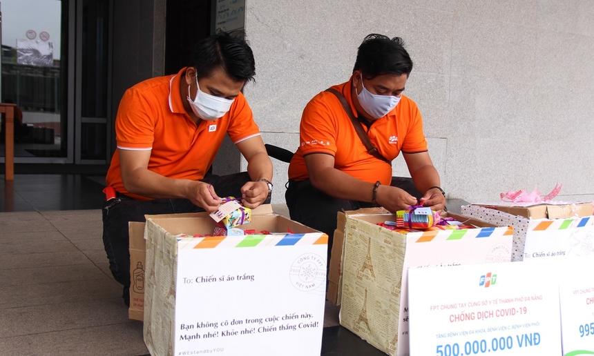 Để có được những món quà ý nghĩa trên, FPT Telecom Đà Nẵng đã trực tiếp huy động CBNV chia nhau gói 400 món quà 'thần tốc' chỉ sau 1 đêm. Tất cả mọi công tác chuẩn bị vỏn vẹn chỉ có 4 ngày, nỗ lực đưa chuyến hàng tiếp ứng đến Đà Nẵng sớm nhất có thể.