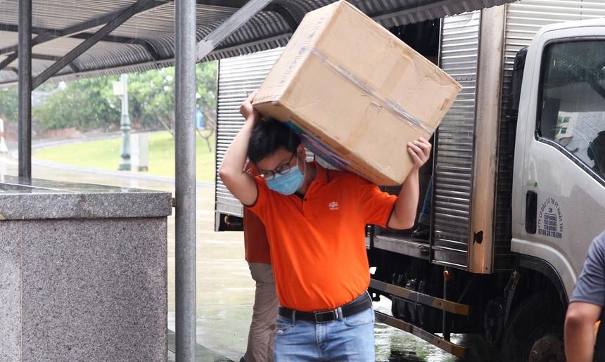 Mặc thời tiết đang mưa, Giám đốc FPT Telecom Đà Nẵng Nguyễn Đăng Duy trực tiếp cùng CBNV chi nhánh vác những thùng quà vật tư y tế nhanh chóng bàn giao, với mong muốn món quà này đến tay các y, bác sĩ càng sớm càng tốt.