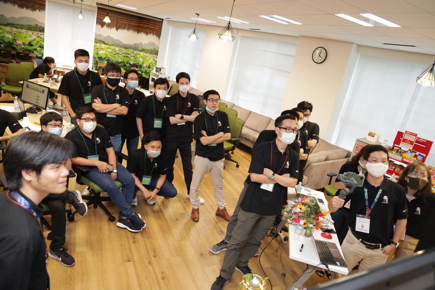 Kết thúc phần thi giải đề thuật toán, cả 4 đội bước vào game AI đào vàng kinh điển trêntrên hệ thống CodeLearn.