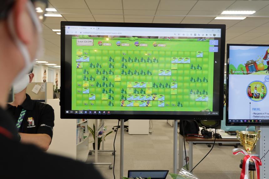 Các đội hồi hộp theo dõi phần lập trình bot đi đúng đường đến bãi đào vàng. Theo đó Kaizoku lập trình đường đi luôn chuẩn xác và tìm được các bãi vàng một cách nhanh nhất.