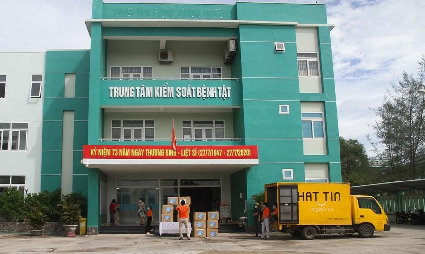 Ngày 2/8, tại Trung tâm kiểm soát bệnh tật tỉnh Quảng Nam, đại diện Tập đoàn FPT đã trao tặng đến địa phương các vật tư y tế hỗ trợ công tác phòng, chống dịch Covid-19 với tổng trị giá 500 triệu đồng.